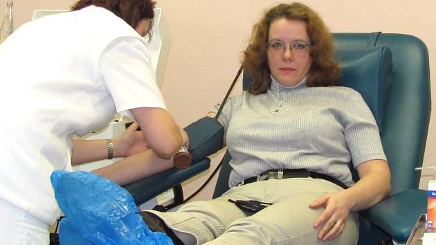Ředitelka jabloneckého Českého červeného kříže Kateřina Havlová sama daruje krev.