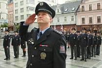 SLAVNOSTNÍ NÁSTUP. Desítky policistů z celého jabloneckého okresu se v úterý odpoledne sešly v Jablonci, kde je čekal slavnostní ceremoniál a převzetí ocenění a medaili. Na snímku Petr Šikola.
