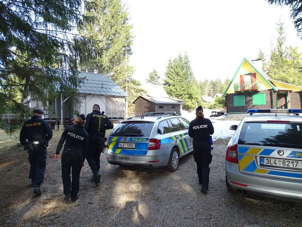 Chaty v Bedřichově kontrolovali policisté.