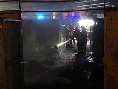 Hasiči zasahovali 19. srpna před půl jednou ráno u požáru přístřešku kontejnerů s odpadem v ulici Lípová v Jablonci nad Nisou.
