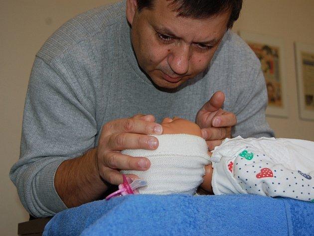 ANATOMICKÝ NEPOMĚR. Umělé dýchání kojence, batolete a menších dětí má svá specifika. Názorně se dá prakticky natrénovat na Evičce, jak názorně předvedl Miroslav Gorčík.