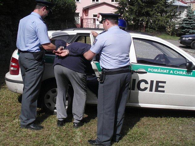 Zajištění pachatele krádeže policií. Ilustrační snímek
