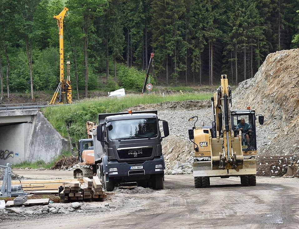 Přestavba křižovatky Rádelský mlýn pokračuje.