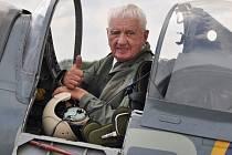 Po sedmdesáti letech sevřel v dlaních knipl bojového spitfire. Generál Emil Boček vzlétl k obloze 21. července.