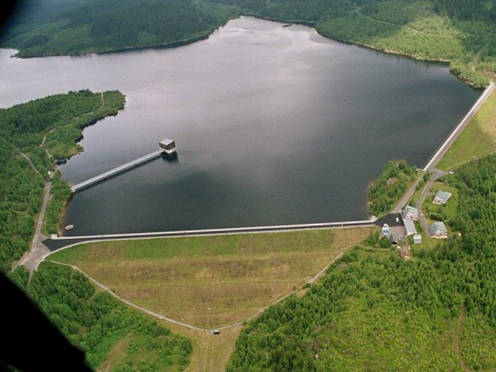 Přehrada Josefův Důl. Zásobárna pitné vody pro Liberecko. Štolou je voda přiváděna do úpravny vody v Bedřichově.