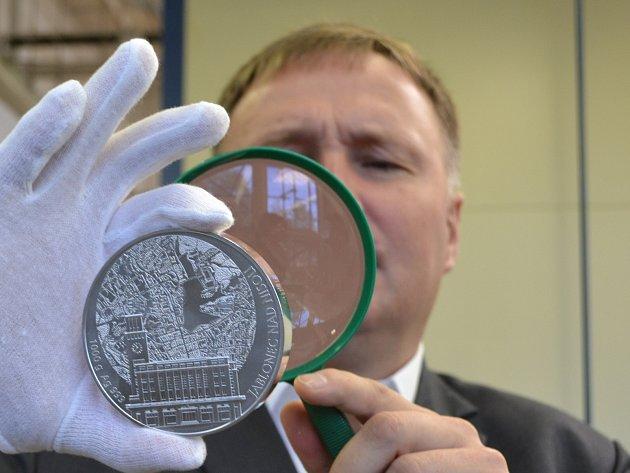 Statutární města mají ke svým insigniím ikilové stříbrné medaile zČeské mincovny. Jablonec nevyjímaje. Na snímku primátor Petr Beitl.