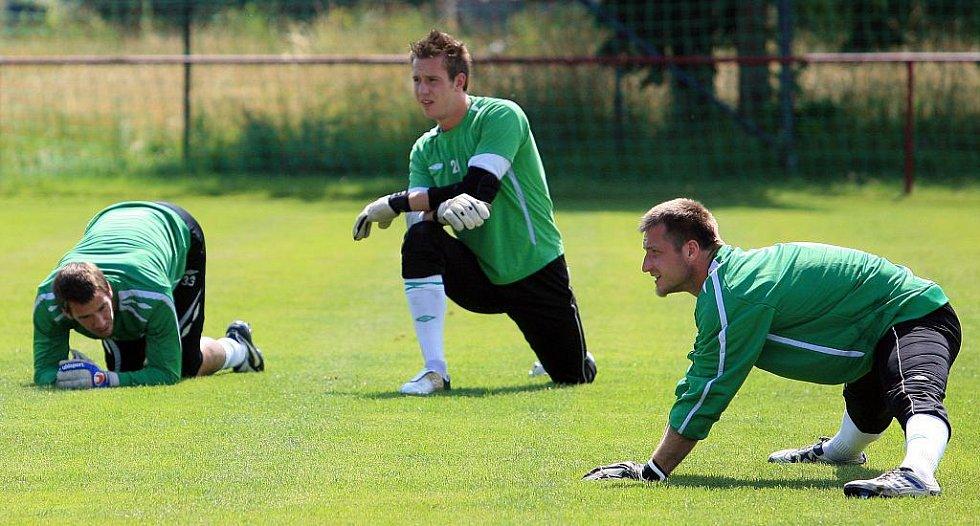 Baumit Jablonec získal na tři roky brankáře Jana Šebka z Chelsea. Spolu s ním na snímku Fendrich a Valeš.