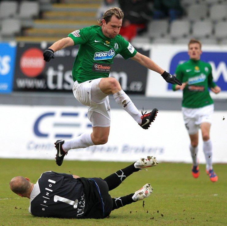 Jablonec porazil doma Brno 2:0. Na snímku Tomáš Čížek z Jablonce a brankář Brna Martin Doležal.