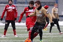 Fotbalisté Mšena (v červeném) porazili v přípravě juniorku Slovanu Liberec 5:4.