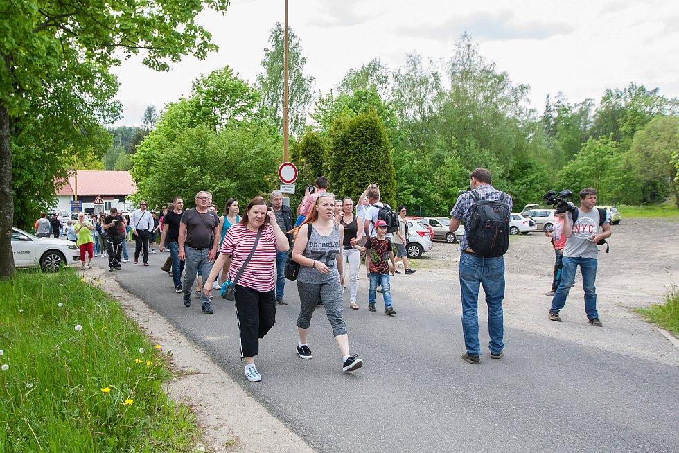 Jiří Kajínek, odsouzený vrah, míří 23. května po 23 letech na svobodu z věznice v Rýnovicích v Jablonci nad Nisou díky milosti, kterou mu udělil prezident Miloš Zeman. Příznivci Jiřího Kajínka odchází od věznice.