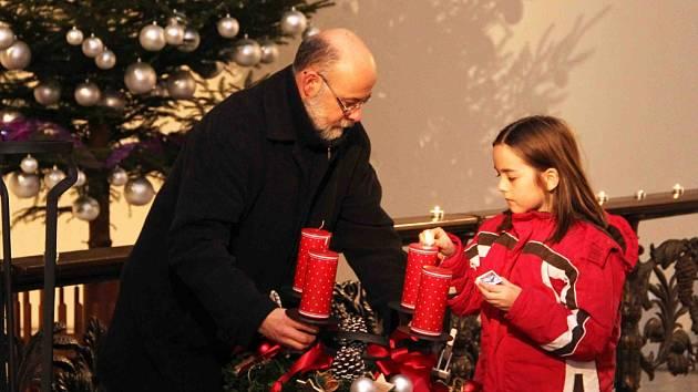 Otokar Simm při zapalování první svíčky na adventním věnci v kostele sv. Anny v Jablonci.
