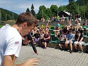 Za dětmi přijel Jan Weber, mnohonásobný mistra světa ve freestyle fotbalu