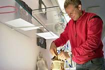 Petr Klamt ze Zásady instaluje své výrobky.