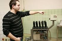 Tady se vymývají láhve.