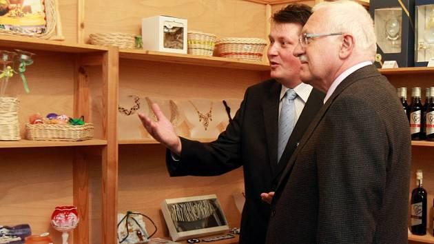 DUBEN 2011. Martin Balatka provádí po podniku Style Bohemia prezidenta České republiky Václava Klause.