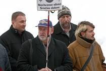 Primátor Petr Beitl (vlevo) na lednové demonstraci proti západní tangentě.