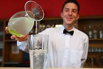Kdo chodí na polední menu například do Restaurace U rytíře Pfeiffera v hotelu Rehavital v Jablonci, možná uvítá nabídku vody k jídlu zdarma.
