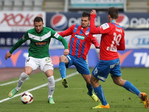 V boji o míč Antonín Fantiš z Jablonce a Michal Ďuriš z Plzně