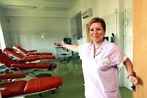 TAM, KDE LIDÉ CHODÍ DÁVAT KREV. V pátek 11. června proběhl na Transfůzním oddělení Krajské nemocnice Liberec Den otevřených dveří. Sestra Monika Bednářová provádí celým oddělením a vysvětluje, k čemu které pracoviště slouží.