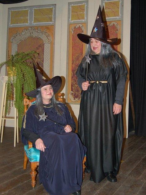 Taláry jsou podobné. V divadle slouží kostým pro pobavení diváků. Soudkyně Štěpánová se s herci odreaguje.