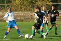 Fotbalisté Jenišovic zahráli velmi dobrý fotbal na pažitu vedoucího týmu tabulky a přivezli si bod. Domácí Brožek (v bílem) v souboji s hostujícím Plechatým (č. 4).