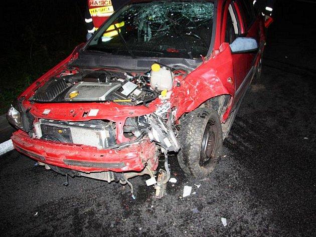 Opilý řidič havaroval a zavinil zranění dvou spolujezdců.