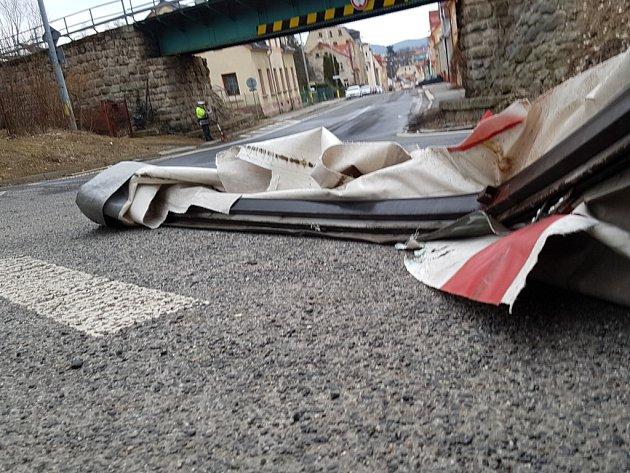 Řidič kamionu se netrefil pod železniční most vjablonecké ulici SNP, nerespektoval dopravní značení upozorňující na výšku mostu.