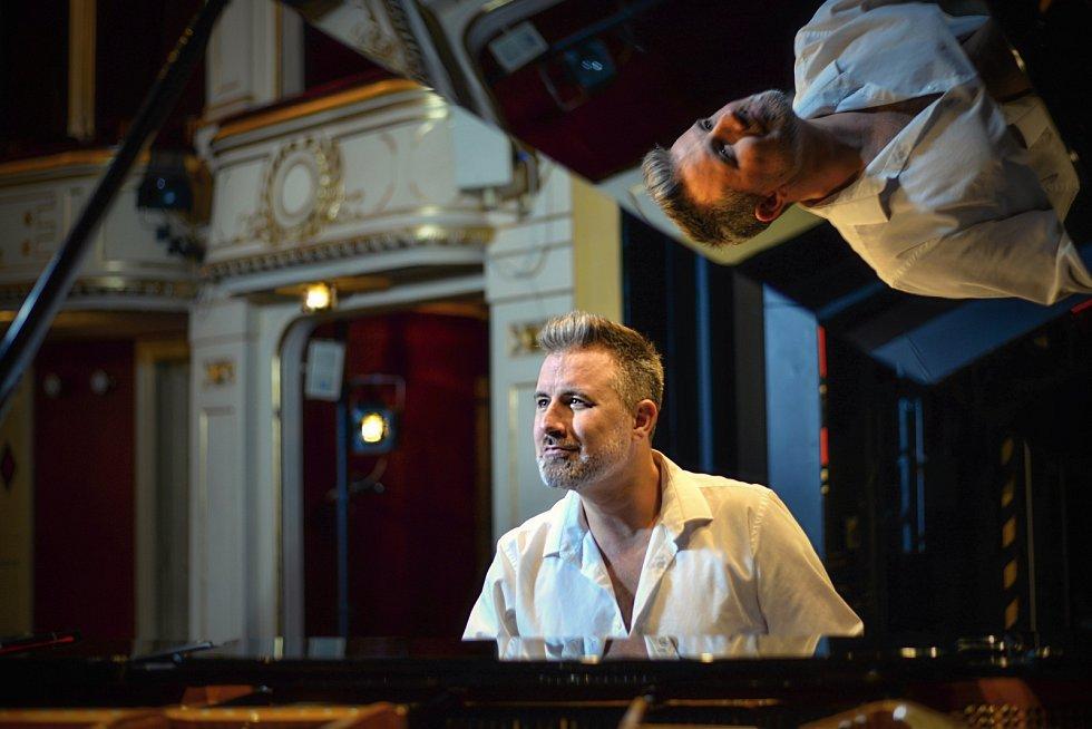 Jiří Koběrský v jabloneckém divadle natočil svůj hit Sundej si roušku a pusu mi dej.