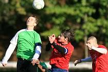 Velké Hamry zvítězily nad Hejnicemi (v červeném) 3:1 díky zlepšené druhé polovině zápasu.
