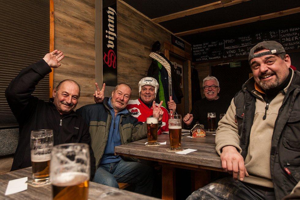 Fanoušci z Jablonce nad Nisou sledují 23. února zápas semifinále olympijského turnaje v Pchjongčchangu mezi týmy České republiky a Olympijských sportovců z Ruska.