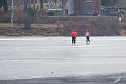 Lidé bruslí 11. února na zamrzlé přehradě v Jablonci nad Nisou.