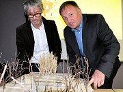 Architekt Petr Stolín (vlevo) i jablonecký primátor Petr Beitl prezentovali veřejnosti projekt Slunečního pavilónu.
