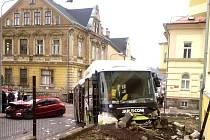 Vážná dopravní nehoda autobusu a osobního auta v jablonecké ulici V Luzích.