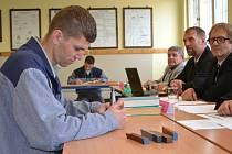 Závěrečné zkoušky v oboru obráběč kovů úspěšně složilo ve Školském vzdělávacích středisku Věznice Rýnovice dvacet odsouzených.