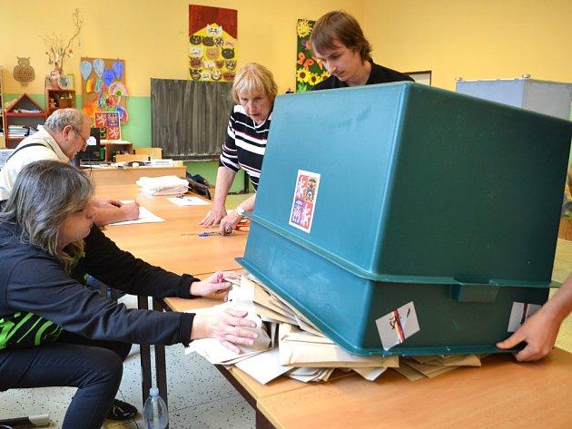 11. října, skončil druhý den voleb do zastupitelstev měst a obcí na Jablonecku, volební okrsek č. 6ZŠ Sokolí. Členové komise odpečetili urny a začali sčítat hlasy.