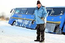 """Největší potíže měli na Českolipsku. Některým řidičům zkomplikoval sníh a ledovka cestu. Autobus uvízl mimo vozovku, kam ho podle řidiče """"sfoukl"""" vítr."""