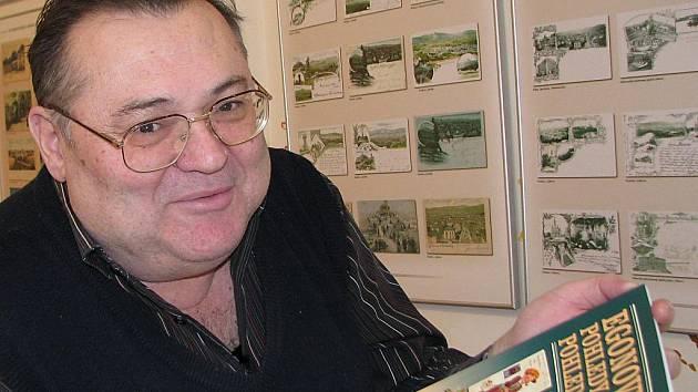 Egon Wiener se svou knihou Egonovy pohledy a pohlednice 2. V pozadí výstava To nejlepší z Libereckého kraje v OC Plaza v Liberci.