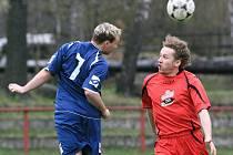 V okresním přeboru si Velké Hamry B poradily s Janovem (v červeném) a vyrály 3:0.