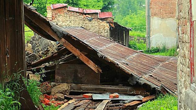 Starosta obce Josefův Důl Jan Mixa ukazuje následky velké vody, kterou nepamatuje nikdo v obci 150 let a kterou způsobil dvouhodinový déšť.
