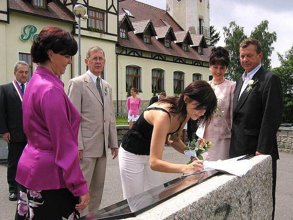 Svatební obřad Lenky a Miloslava Střihavkových se konal nad Jabloncem, přímo před rozhlednou Petřín na tamní vyhlídce.