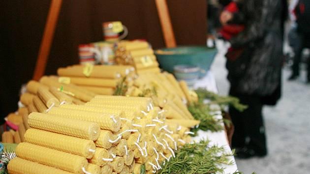 Tradiční vánoční trhy v Jablonci nad Nisou zaplnily náměstí a kromě pochutin a výrobků mohou lidé zakoupit také různé oblečení a doplňky.