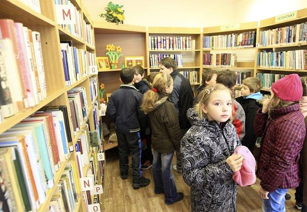 Otevření knihovny si přišli prohlédnout ve čtvrtek i děti ze ZŠ Plavy. Knihovna bude otevřena vždy ve čtvrtek a to v době od 8:30 do 11 a odpoledne od 15 do 17 hodin.