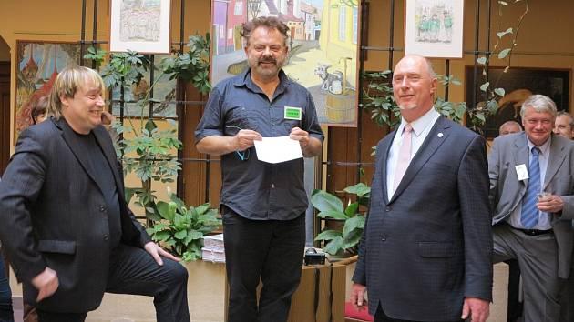 Petr Urban (vlevo) vystavuje kresby a olejomalby. Spolu s poslance Petrem Skokanem výstavu zahájil v pondělí podvečer Václav Upír Krejčí a Ivan Mládek.