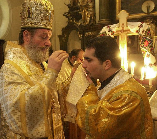 Arcibiskup Kryštof (vlevo)