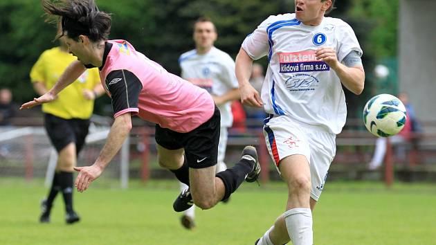 Fotbalisté Velkých Hamrů prohráli se Sedmihorkami (v růžovém) těsně 0:1. O výsledku rozhodla přísná penalta.
