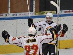 Jablonečtí hokejisté prolomili smolnou sérii porážek a v domácím utkání smetli Klatovy (v červeném) 8:2.