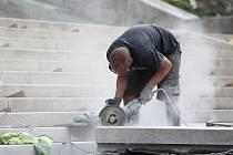 Rekonstrukce radničních schodů je zhruba v polovině-