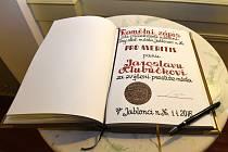 Zápis oceněných Cenou PRO MERITIS do pamětní knihy.
