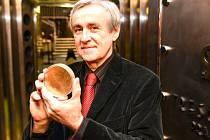 Akademický sochař Vladimír Oppl se zlatou mincí