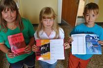 Žákovská knížka vyvolala nesouhlasné reakce i mezi politiky. V taškách domů ji nosí například děti ze ZŠ Pivovarská.